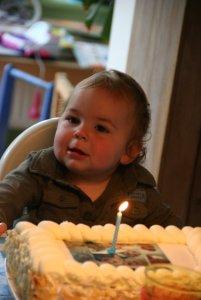 Hij vond de taart best lekker, alleen smeerde er eerst de tafel mee in...